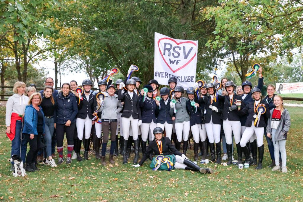 Die siegreichen Drei- und Vierkampf-Reiterinnen des RSV Wolfenbüttel und Unterstützer